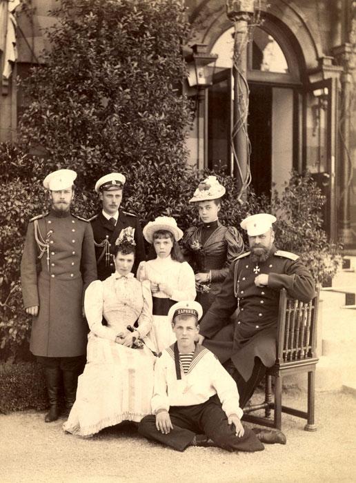 История Ялты, семья Александра III около дворца