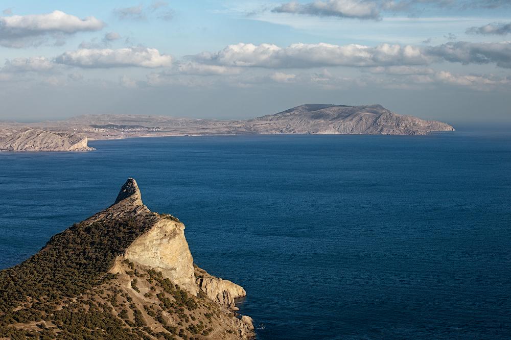 Вид на гору Сокол и мыс Меганом