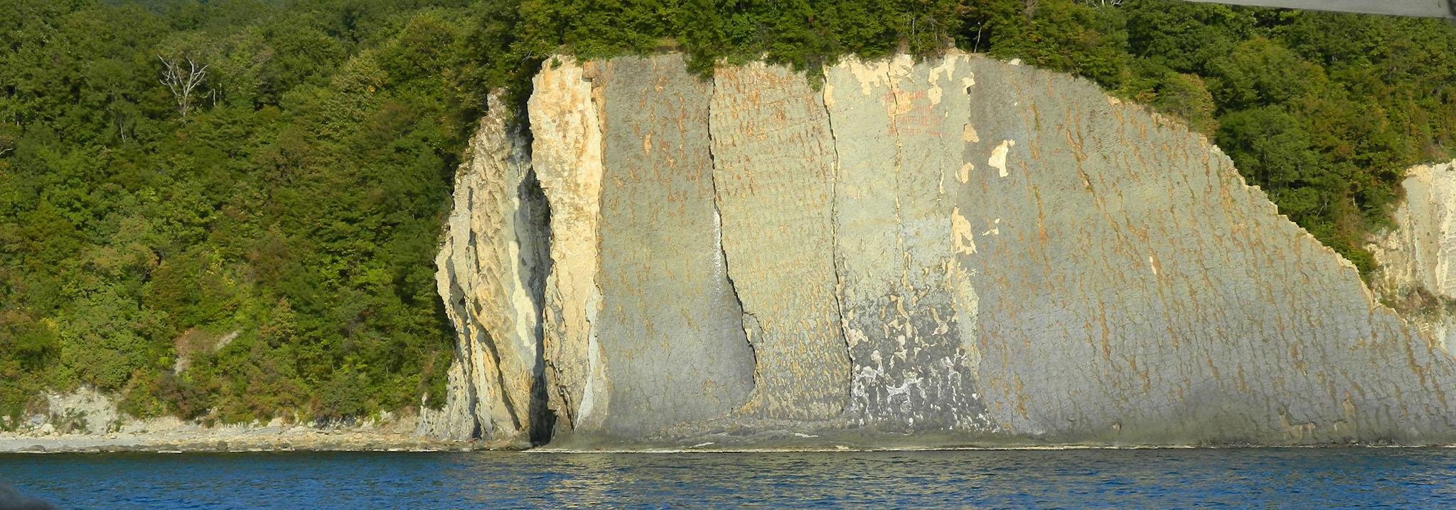Вид на скалу Киселева с моря
