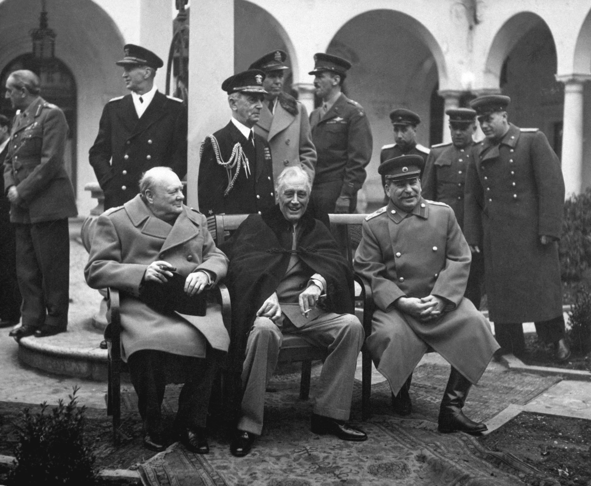 Главы государств во время Ялтинской конференции на территории Ливадийского дворца