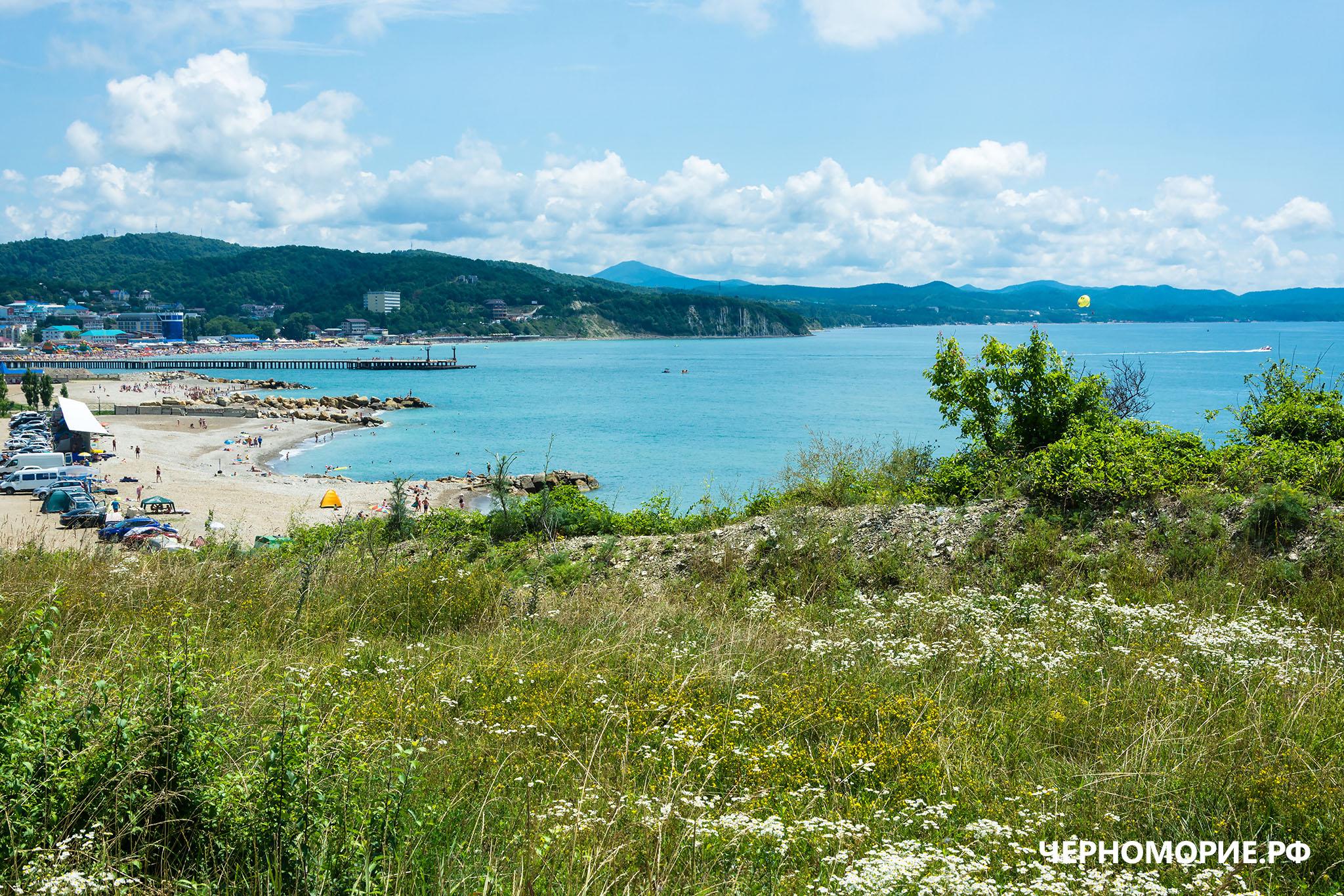 Вид на море и пляж у посёлка Лермонтово