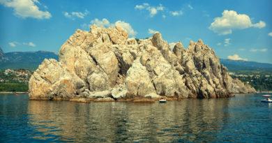Адалары в море в районе Гурзуфа