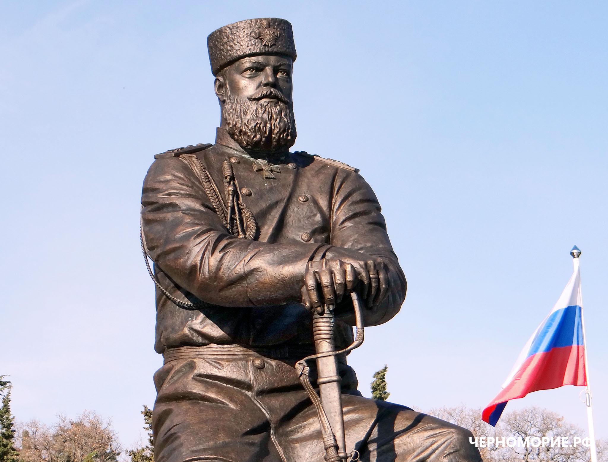 Памятник императору Александру III в Ливадийском дворце в Ялте