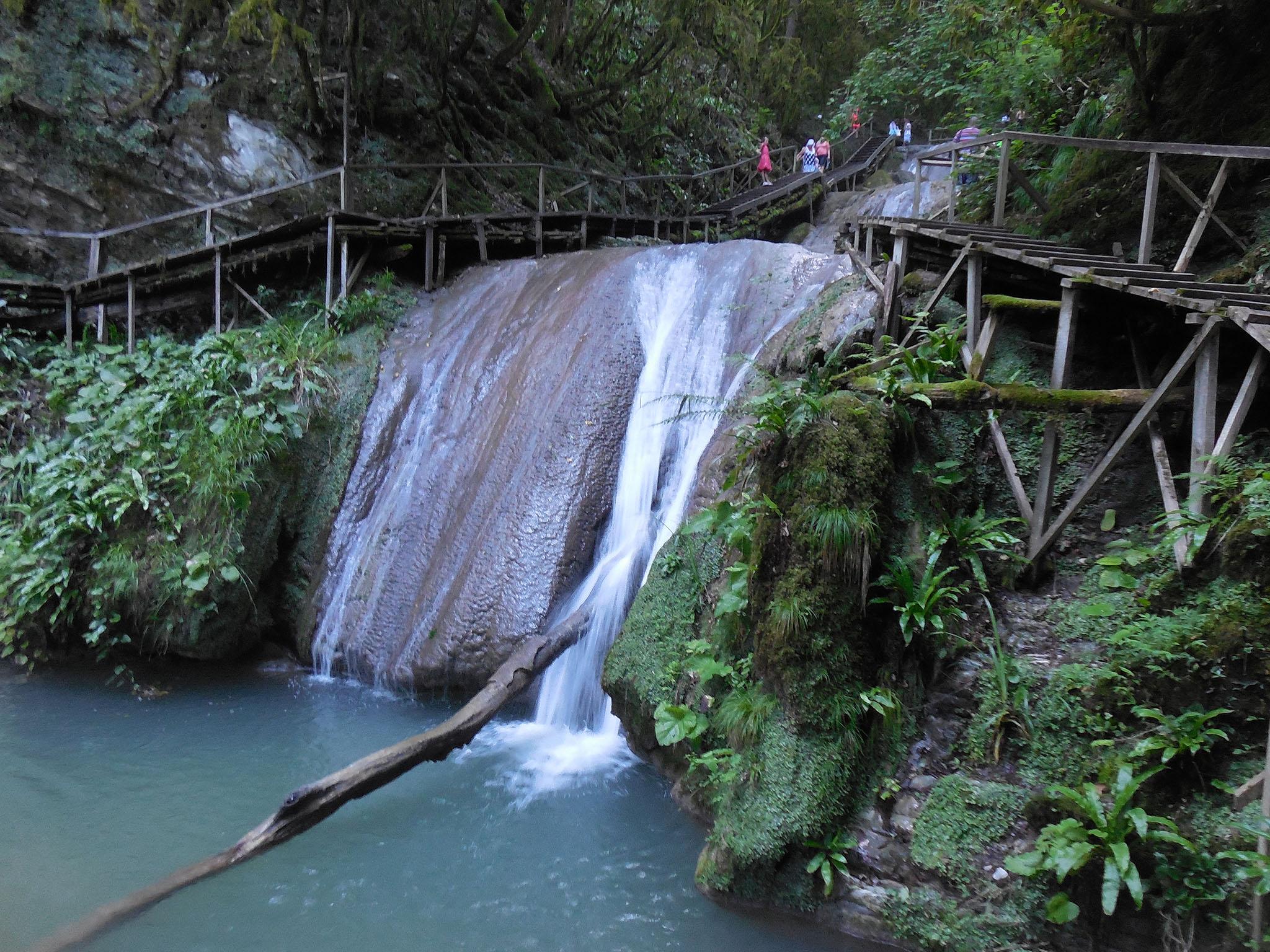Лестница вдоль водопадов ущелья Джегош в Сочи