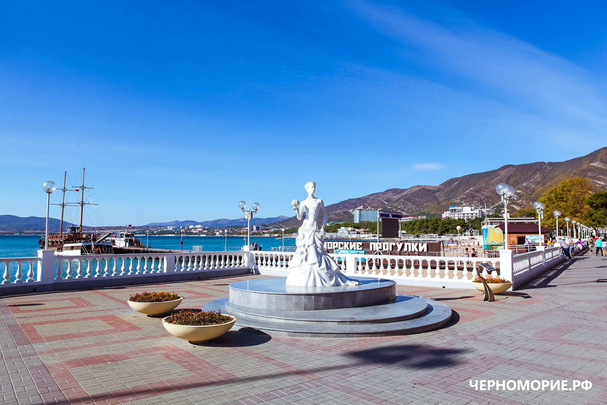 """Скульптура """"Белой невесты"""" на центральной набережной Геленджика"""
