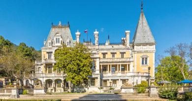 Массандровский дворец со статуями в Крыму