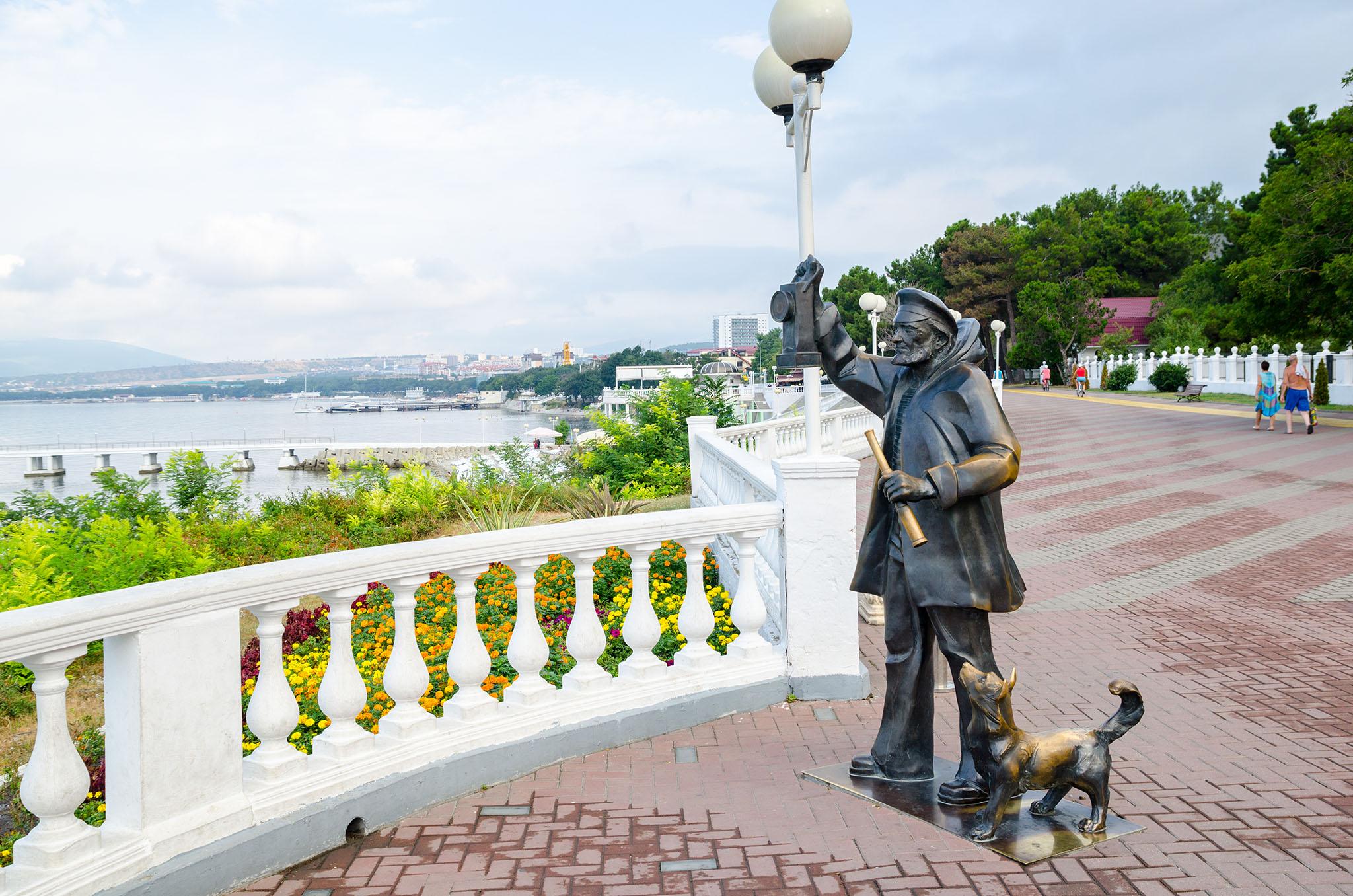 Памятник смотрителю маяка на Геленджикской набережной
