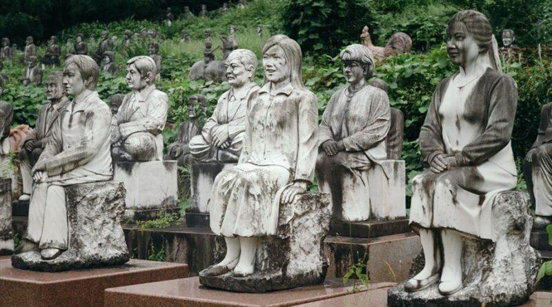 Японская деревня Фуреаи-Секибуцу-но-Сато и скопление статуй