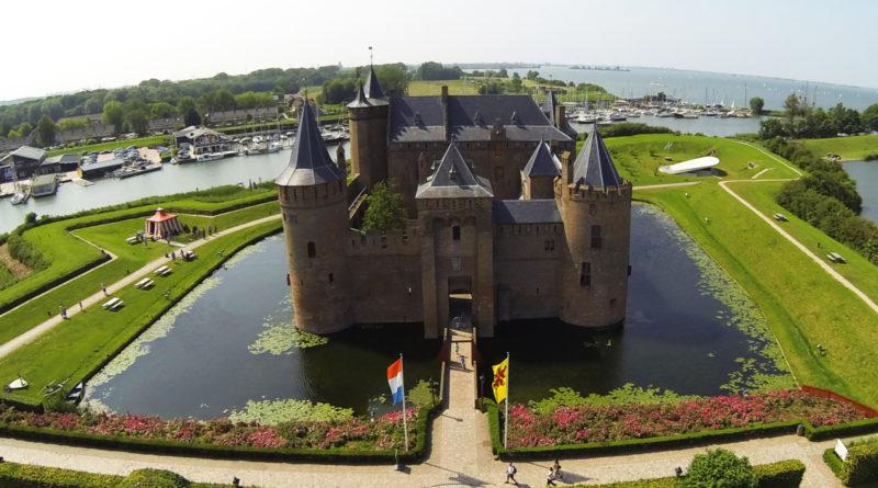 Средневековый замок Muiderslot в Нидерландах с многолетней историей